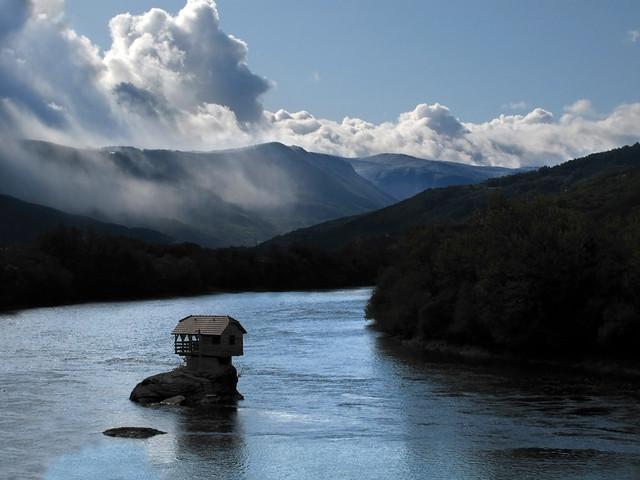 Nekad Rumah Ini Berdiri ditengah Aliran Sungai