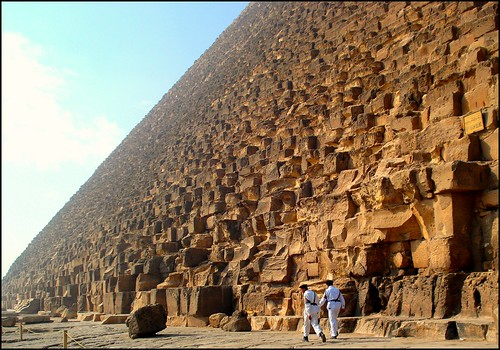 It's a long walk around the pyramid!!