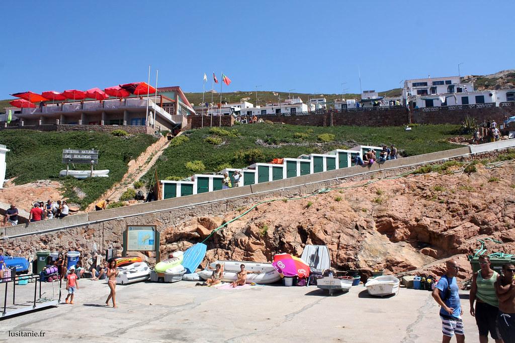 En haut de la plage remplie d'estivants, les anciennes maisons de pêcheurs, reconverties en petits studios de vacances.