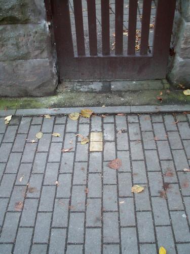 171 Stolpersteine in Dresden sind kleine, ins Trottoir eingelassene, Messing - Gedenktafeln in der Größe eines Pflastersteins, und erinnern an Personen, die aus politischen, religiösen, ethnischen, sexuellen oder sonstigen Gründen vom Nazi-Regime verfolgt, vertrieben und vernichtet wurden. Die Stolpersteine befinden sich am letzten frei gewählten Wohnort der NS-Opfer. Auch in Dresden - Striesen 029