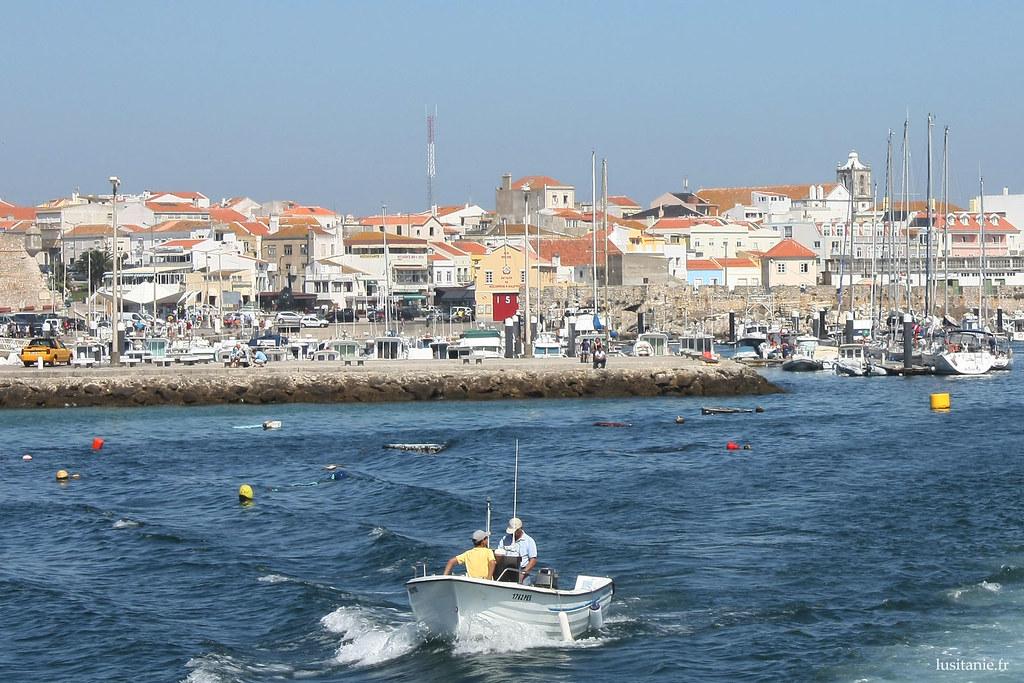 Un petit tour en bateau, au large de la ville de Peniche.