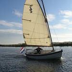 Cat rigged: gaff and boom, no jib Main sail: 14.8m2 Mast, boom and gaff: Oregon pine Mast foot with quick lock Lazy jacks One-person handling