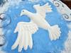 Pomba da paz em alto relevo feita com areia nos tapetes tradicionais da semana santa