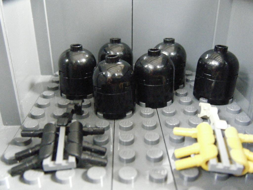 LEGO alien eggs, facehuggers and a Praetorian facehugger