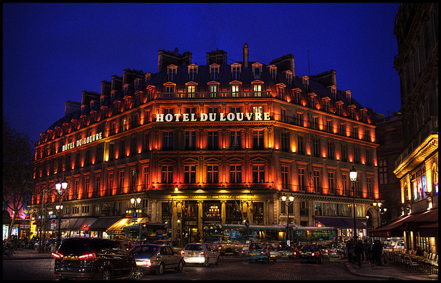 Red glow and lights on the facade of the hotel du louvre - Hoteles romanticos paris ...