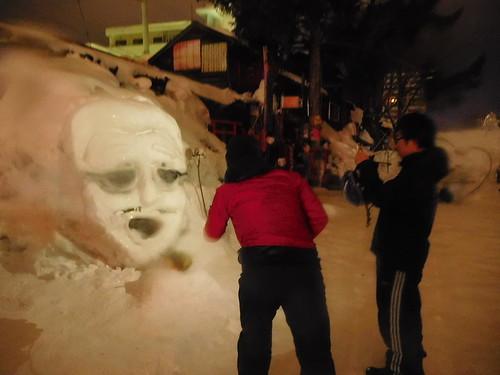 やまこう()の雪像を撮りまくる人たち