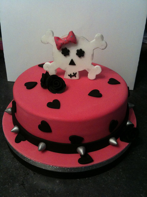 Girly Skull Cakes http://www.flickr.com/photos/42859506@N02/4279086536/