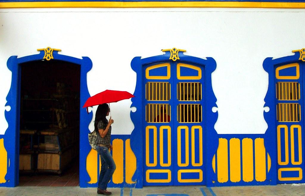 Imagen de una mujer caminando por el Parque Nacional del Café