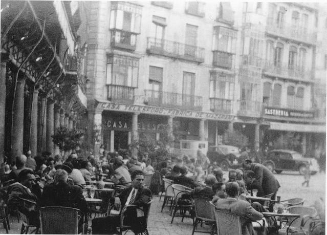 Plaza de Zocodover el viernes santo de 1930. Fotografía de Henry Buckley. Arxiu Municipal de Sitges