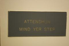 Attenshun, mind yer step