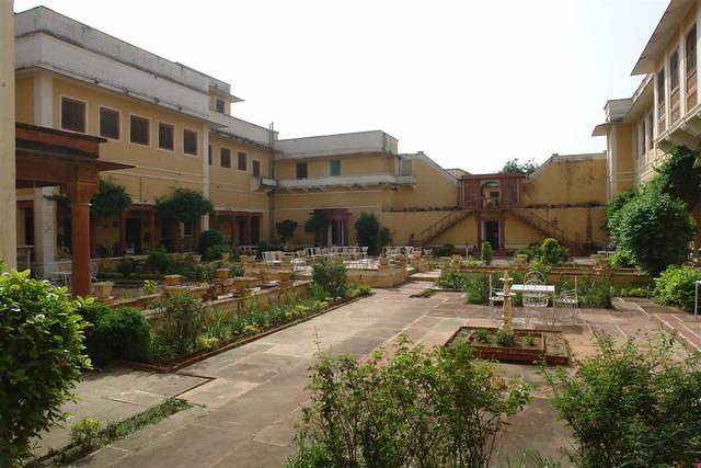 Patio interior del Palacio Hotel de Karauli ...  Karauli, el día que me convertí en un Maharajá en la India - 4172567210 9b27e131ff z - Karauli, el día que me convertí en un Maharajá en la India
