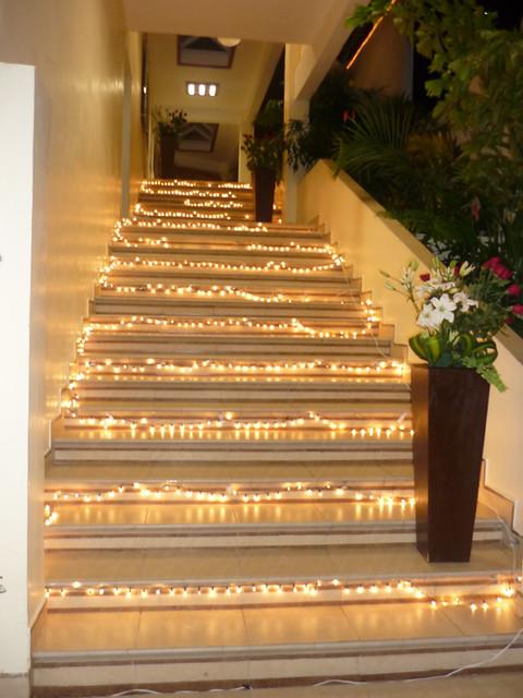 Escaleras iluminadas vista desde abajo de la entrada for Escaleras con puertas abajo