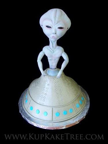 Alien Spaceship Cake http://www.flickr.com/photos/kupkaketree/4413074040/