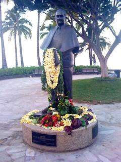 Image of Kalakaua Statue. usa beach statue hawaii unitedstates waikiki oahu lei honolulu picnik kalakaua kuhio geotaggedhawaii