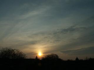 Sonne bei Sonnenaufgang beblendet vom Himmel an schwülem Tag eine noch heißre Welt 015