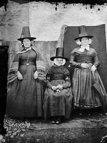 My mother (sitting), Shan y Lliwdy and Bontfaen maid