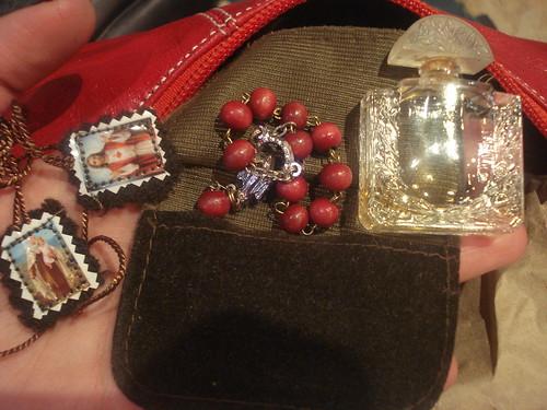 Contenidos de un bolso típico con arte religioso del Paisaje Cultural Cafetero