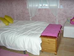 Dormitorio de matrimonio con armarios empotrados con fabulosas vistas. Les atenderemos en su agencia inmobiliaria de confianza Asegil en Benidorm  www.inmobiliariabenidorm.com