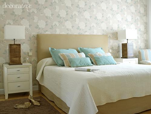 Un dormitorio en tonos suaves colocar papel pintado en - Papel para dormitorio ...