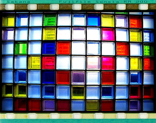 信義新天地 彩色玻璃磚牆