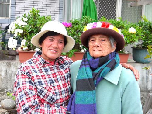Paules(右)與女兒Kaljalu合照,他們堅守家園,反抗核廢十餘年。
