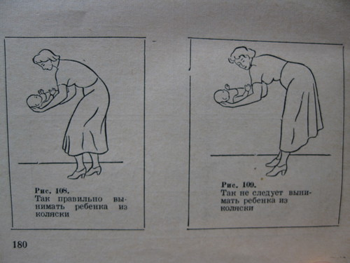 Так правильно вынимать ребёнка из коляски