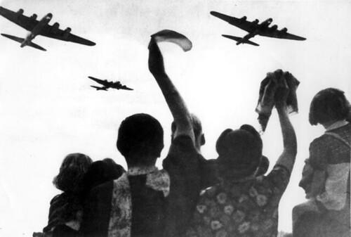 Geallieerde vliegtuigen boven Nederland / Allied planes over Holland