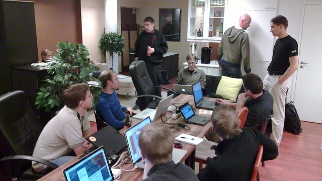 Varios finlandeses en una reunión de trabajo.