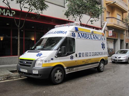 Ambulància Ford aparcada al carrer Madrazo de Barcelona