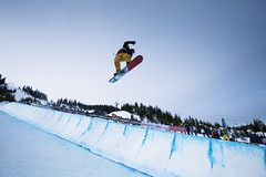 freestyle skiing(0.0), ski cross(0.0), skiing(0.0), slalom skiing(0.0), downhill(0.0), nordic skiing(0.0), boardsport(1.0), snowboarding(1.0), winter sport(1.0), winter(1.0), sports(1.0), snow(1.0), snowboard(1.0), extreme sport(1.0), blue(1.0),