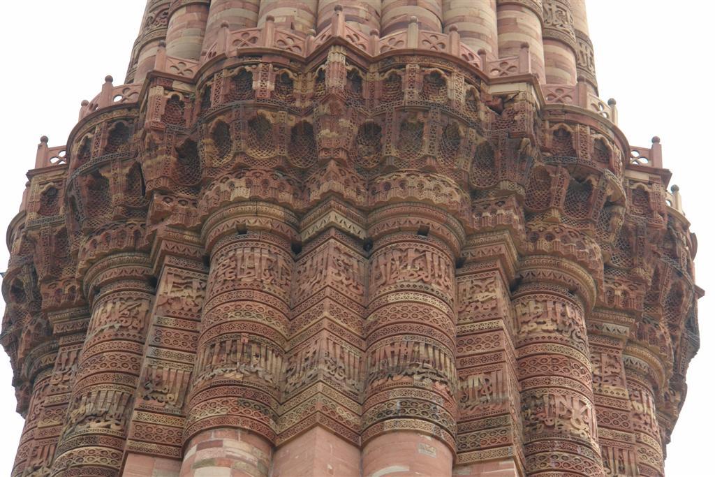 El detalle arquitectónico que envuelve el minarete es impresionante, tallado a mano, nos muestra la riqueza y el poder de quienes construyeron el Qutab Minar. Qutab Minar, la torre de piedra más alta de la India - 4178609496 4ebc93ae91 o - Qutab Minar, la torre de piedra más alta de la India