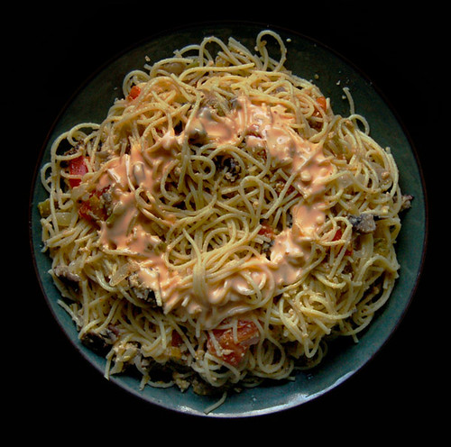 spaghetti with mushrooms, tomatoes, onions and dressing made of mayonnaise and tabasco sauce (2008)