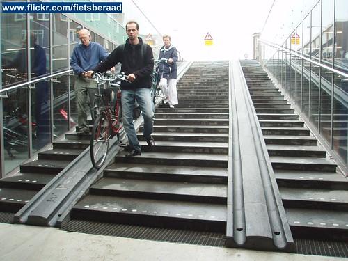 Entree gratis bewaakte fietsenstalling met trap en fietsgoten