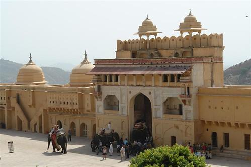 Puerta de acceso por una rampa y en elefante desde la ciudad fuerte amber, una de las siete maravillas de la india - 4142696777 db3cc1c43c - Fuerte Amber, una de las siete maravillas de la India