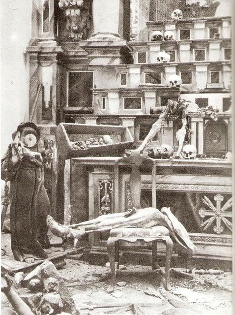 Tumbas profanadas y restos humanos esparcidos en la Iglesia de San Miguel de Toledo en 1936 durante la Guerra Civil