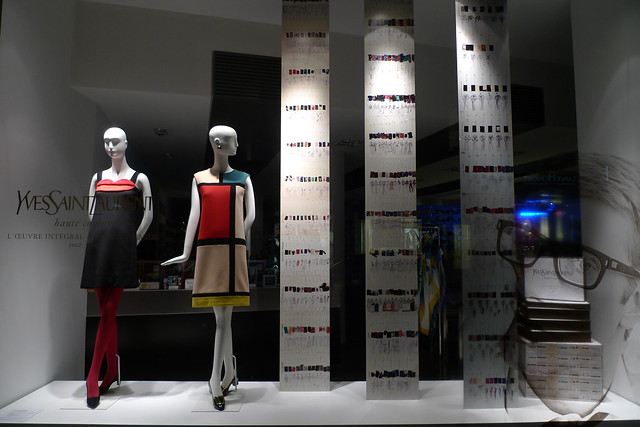 Vitrine Yves Saint Laurent - L'œuvre Intégral, Colette, Paris mars ...: flickr.com/photos/journaldesvitrines/4431938300