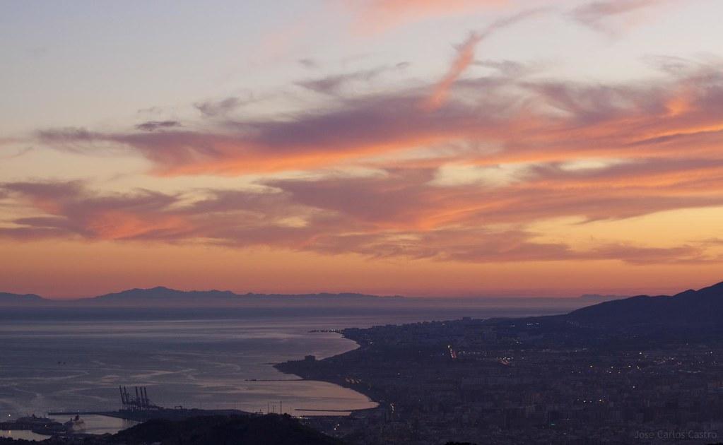 Ciudad de Malaga al atardecer con los Montes de Africa
