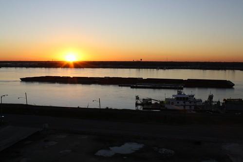 sunset sundown dusk mississippi river mississippiriver barge baton rouge batonrouge louisiana tjean314 2010 johnhanley shore public allphotoscopy20052017johnhanleyallrightsreservedcontactforpermissiontouse