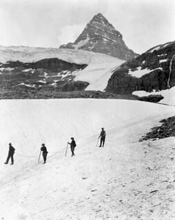 Mountain climbing in the Canadian Rockies. Mount Assiniboine on the border between Alberta and British Columbia / Alpinisme dans les Rocheuses canadiennes. Le mont Assiniboine est situé à la frontière de l'Alberta et de la Colombie-Britannique