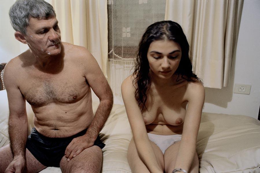 裸體創造出家人間令人震驚的親密感:赤裸並不全然代表色情,也可以是親情38
