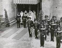 Ved inngangen til Nidarosdomen (1958)