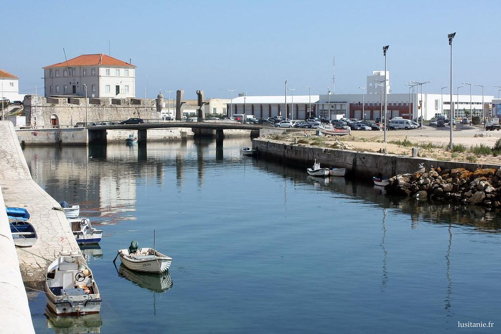 Rivière de Peniche, avec les petites barques sagement stationnées au bord. Au fond, la Capitania, où se trouvent les garde-côtes.