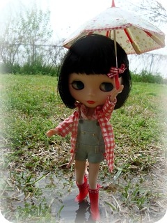 Kit's head is not too big, the umbrella is too small.  ^__^