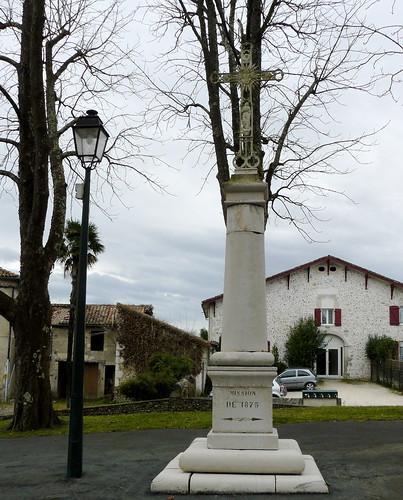 Labatut (40), la croix et le lampadaire
