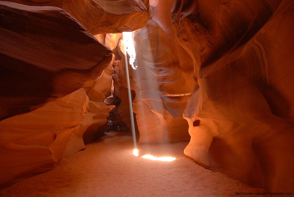 上部から光が射し込むアンテロープキャニオンの風景