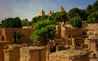 Tunesien - Karthago - auf dem Byrsa-Hügel -Reste eines punischen Dorfes, imHintergrunf die imposante Kathedrale  , 72006/2930