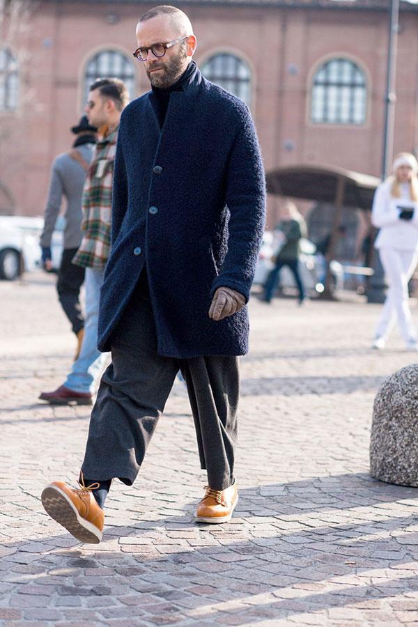 ネイビーカセンティーノウールスタンドカラーコート×ワイドクロップドウールパンツ×キャメルローカットブーツ