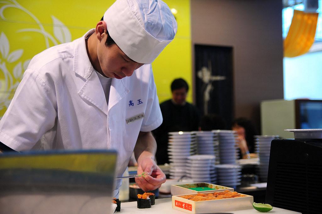 小高玉-正在製作海膽壽司