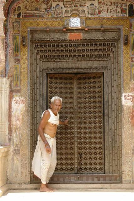 Hombre entrando a su haveli Mandawa, La esencia rural de los Haveli - 4069677368 0b25fb5e67 z - Mandawa, La esencia rural de los Haveli