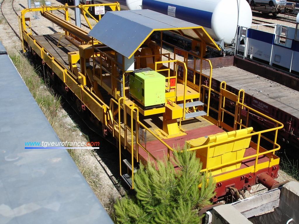 Vue d'un wagon MAPAV (manutention de pièces d'appareils de voie) de la SNCF